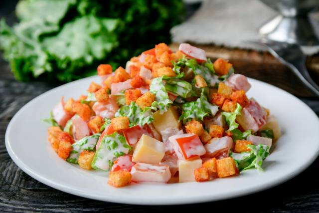 Малибу (копчённая индейка,салат,огурцы,сыр,томаты,сухарики)