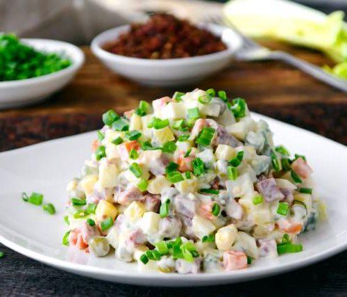 Оливье (говядина,яйца,огурцы,картофель,лук и майонез)