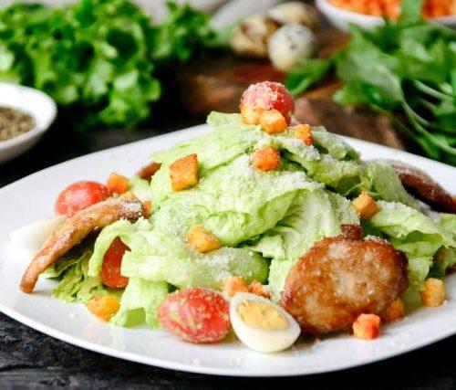 Цезарь (куриная грудка,листья айсберга,соус Кардини,сыр Пармезан,анчоусы,перепелиные яйца)